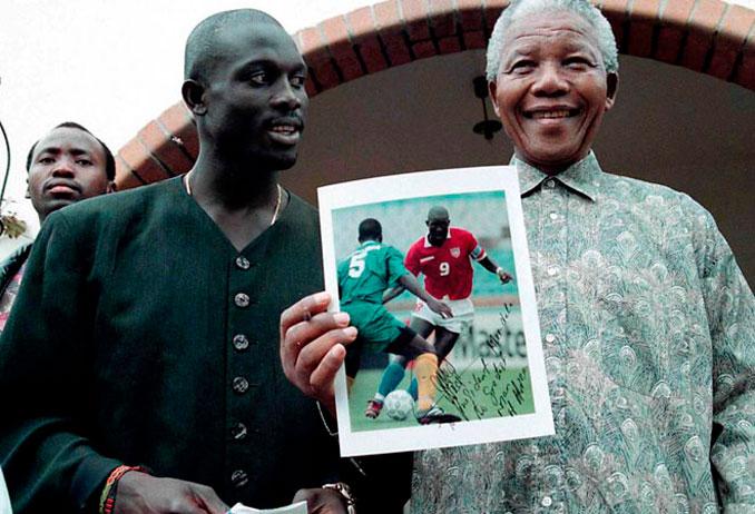 George Weah junto a Nelson Mandela - Odio Eterno Al Fútbol Moderno