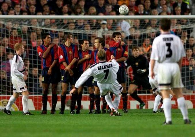 Beckham lanzando una falta frente al FC Barcelona