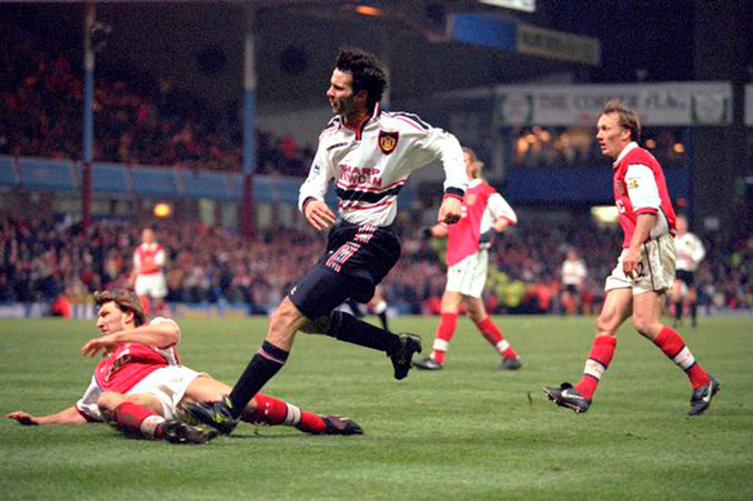 Ryan Giggs chutando en un Manchester United vs Arsenal