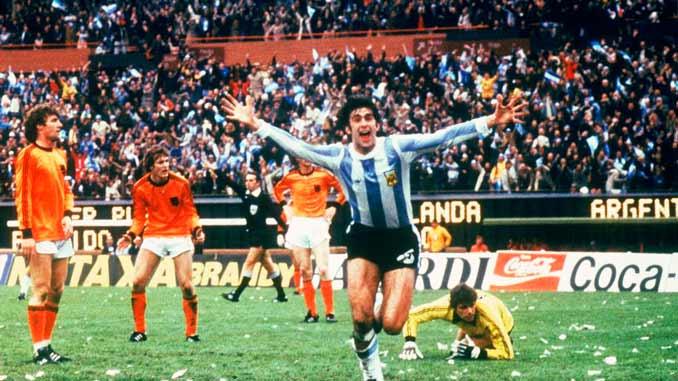Kempes celebrando uno de sus goles en la final frente a Holanda
