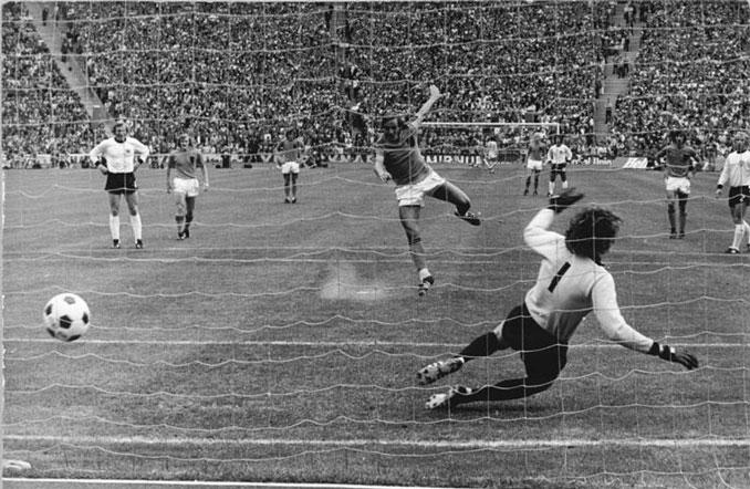 Neeskens tranformó el penalti. La Naranja Mecánica ya se veía campeona - Odio Eterno Al Fútbol Moderno