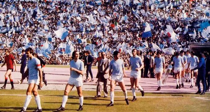 Los jugadores de la Lazio saltando al campo