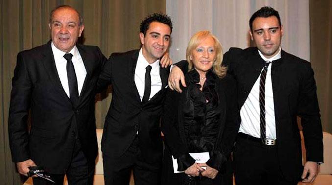 Xavi Hernández junto a su familia