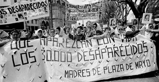 Madres de la Plaza de Mayo manifestándose
