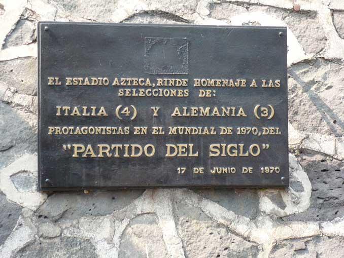 Placa conmemorativa de El Partido del Siglo en el Estadio Azteca