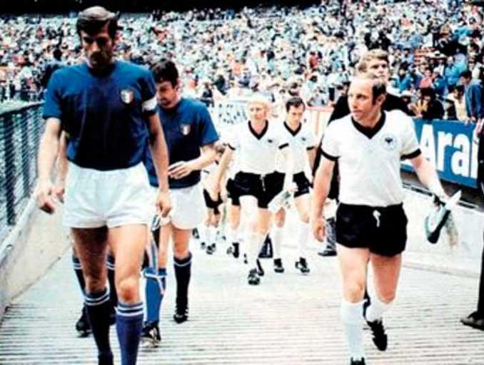 Selecciones de Italia y Alemania saltando al Estadio Azteca