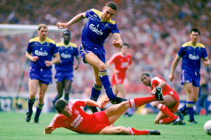 Vinnie Jones durante un partido Wimbledon FC vs Liverpool