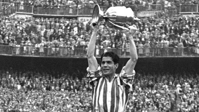 Piru Gainza levantando la Copa del Generalísimo de 1956 - Odio Eterno Al Fútbol Moderno
