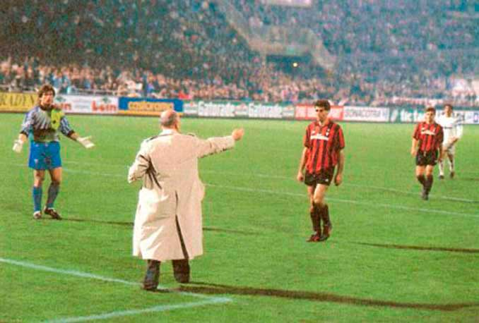 Galliani pidiendo a sus jugadores que se retirasen al vestuario - Odio Eterno Al Fútbol Moderno