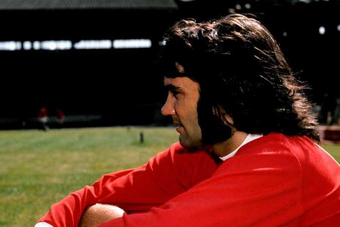 Icónica imagen de George Best durante sus mejores años en Manchester - Odio Eterno Al Fútbol Moderno