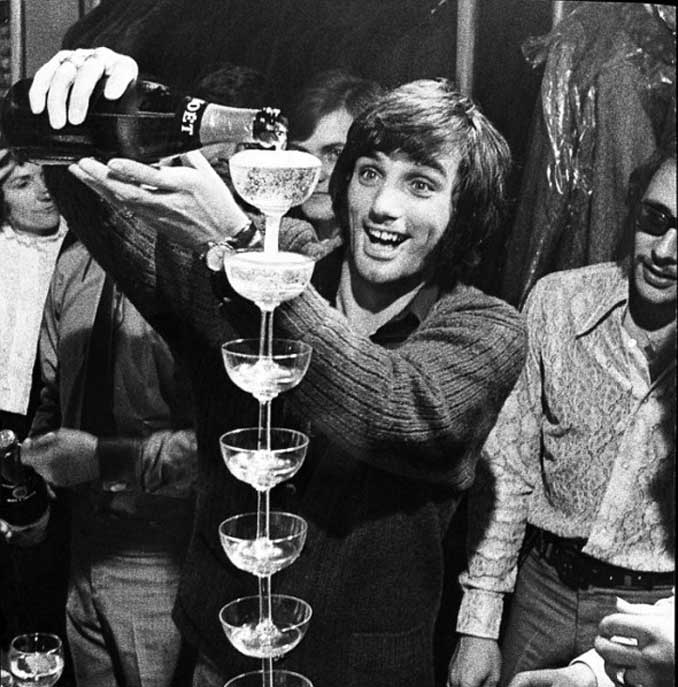 George Best durante una de sus habituales fiestas - Odio Eterno Al Fútbol Moderno