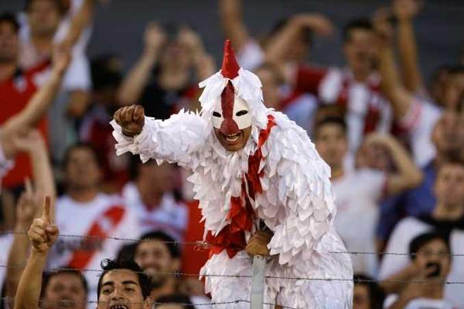 Aficionado de River Plate vestido de gallina - Odio Eterno Al Fútbol Moderno