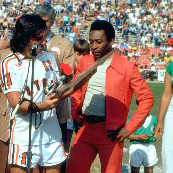 En EEUU junto a Pelé. Lo que ya no le daba el fútbol, seguía reportándoselo su imagen - Odio Eterno Al Fútbol Moderno