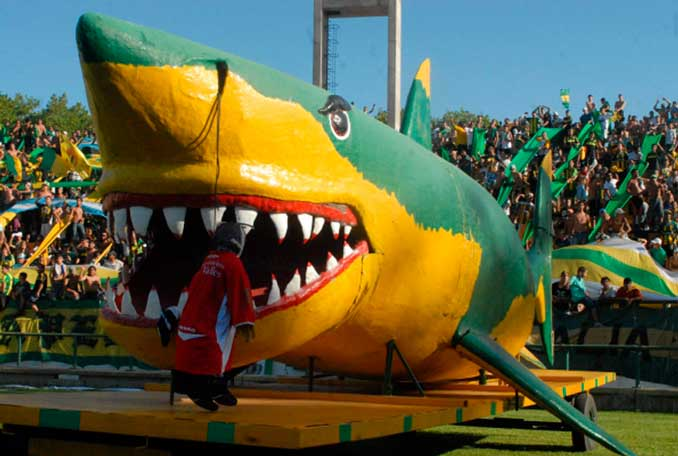 """El """"Tiburón"""" tiene esta feroz mascota sobre el césped del Estado José María Minella - Odio Eterno Al Fútbol Moderno"""