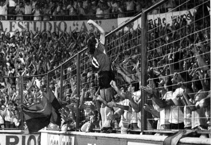 En el césped y en los banquillos Enrique Martín vie el fútbol apasionadamente - Odio Eterno Al Fútbol Moderno