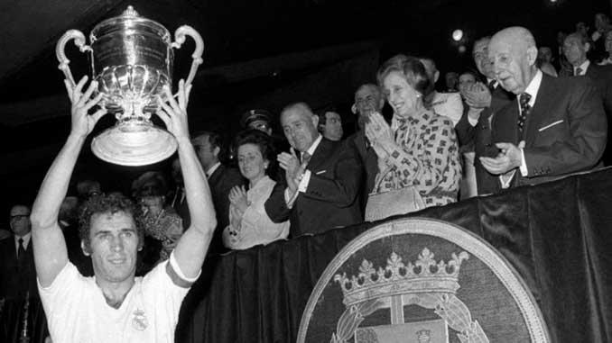 Amancio levantando la Copa del Generalísimo en presencia de Franco