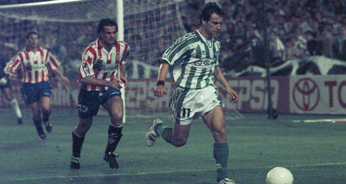 Alfonso Pérez conduce el balón durante un partido frente al Sporting de Gijón - Odio Eterno Al Fútbol Moderno