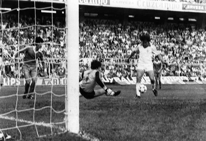 Bertoni bate a Arconada en el Sánchez Pizjuán en la temporada 1979-1980