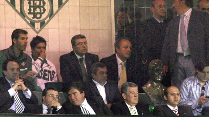 Jose Mª Del Nido delante del busto de Ruiz de Lopera en el palco del Villamarín - Odio Eterno Al Fútbol Moderno
