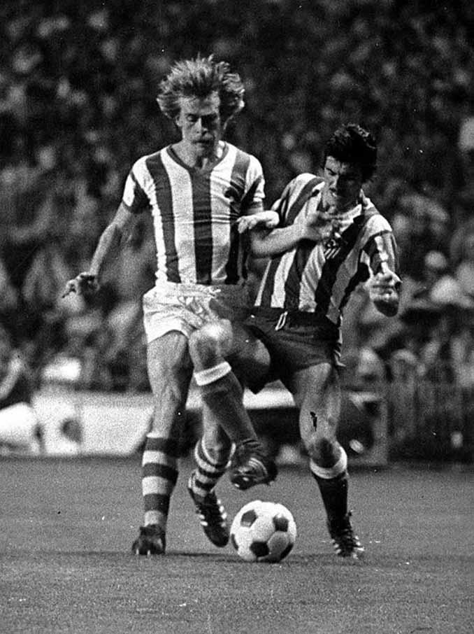 Idígoras disputa un balón frente al Atlético de Madrid - Odio Eterno Al Fútbol Moderno