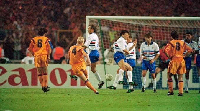 Ronald Koeman ejecutando un tiro libre en la final de Wembley en 1992 - Odio Eterno Al Fútbol Moderno