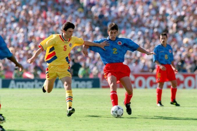 Andrés Escobar pugnando el balón en el encuentro frente a Rumanía