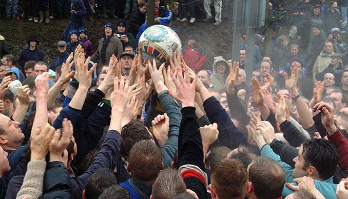 Todo Ashbourne se congrega alrededor del Royal Shrovetide Football