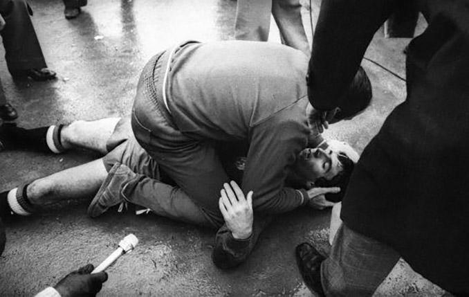 Juanito en el suelo tras recibir un botellazo