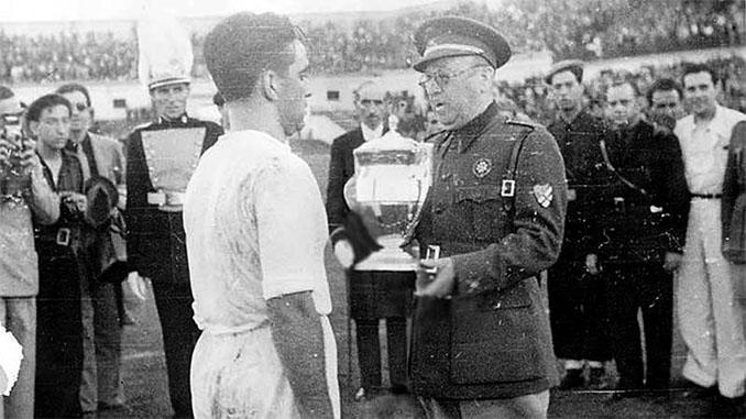 El general Moscardó entregando la Copa del Generalísimo de 1939