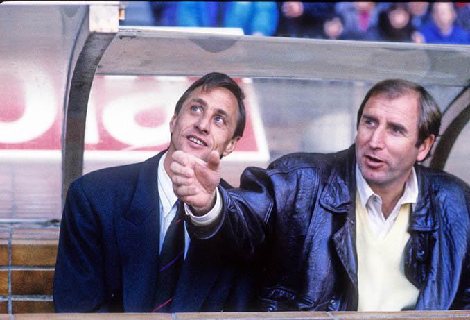 Johan Cruyff y su asistente Charly Rexach en el banquillo del FC Barcelona