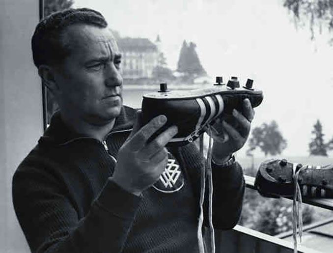 Adi Dassler con su revolucionario invento - Odio Eterno Al Fútbol Moderno