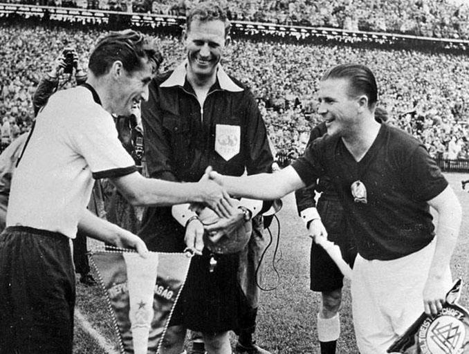 Fritz Walter y Ferenc Puskas capitanes de Alemania y Hungría - Odio Eterno Al Fútbol Moderno