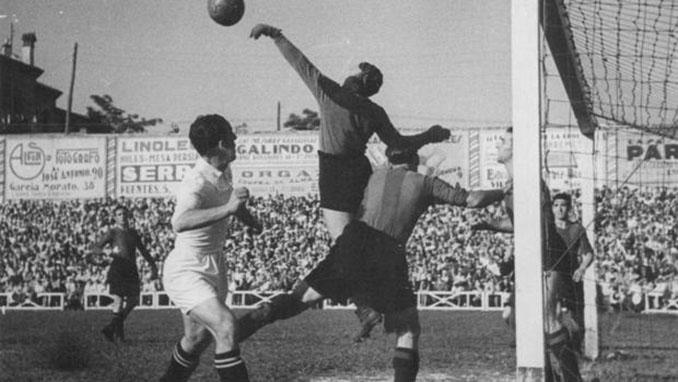 Lance del Clásico disputado el 13 de junio de 1943 - Odio Eterno Al Fútbol Moderno