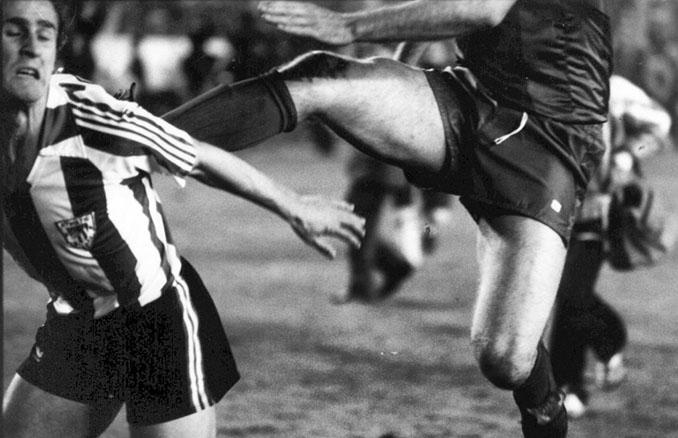 Patada de Migueli a De Andrés durante La Batalla del Bernabéu - Odio Eterno Al Fútbol Moderno