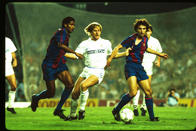 Schuster disputando El Clásico con la camiseta del Real Madrid - Odio Eterno Al Fútbol Moderno