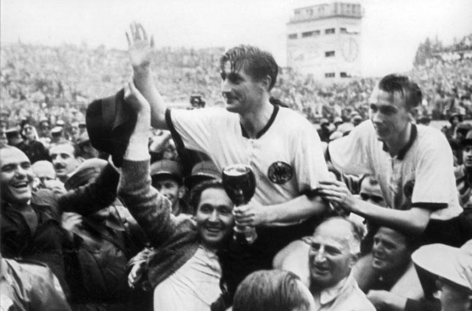 Fritz Walter con la Copa Jules Rimet - Odio Eterno Al Fútbol Moderno