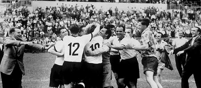 Jugadores alemanes celebrando el Mundial de 1954 - Odio Eterno Al Fútbol Moderno