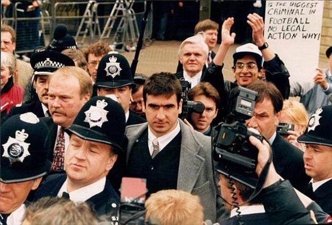 Eric Cantona durante el proceso judicial - Odio Eterno Al Fútbol Moderno