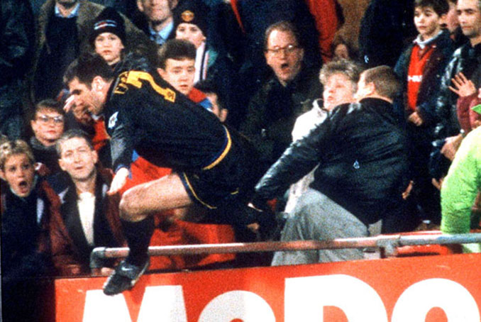 Cantona y Simmons, los protagonistas de la patada más célebre en la historia del fútbol - Odio Eterno Al Fútbol Moderno