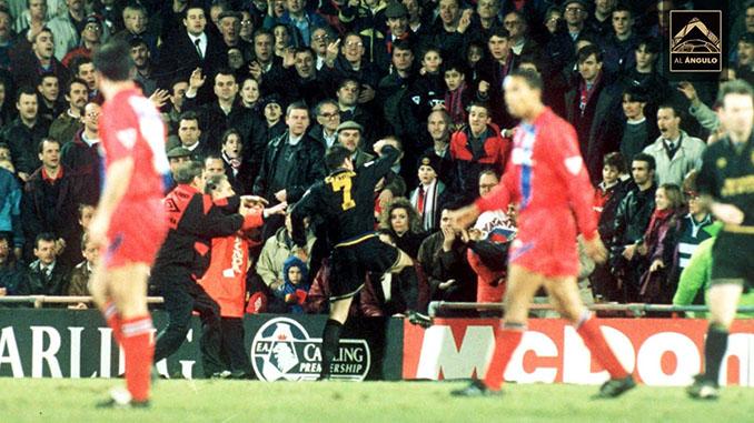 Instantes previos a la patada de Cantona a un hooligan - Odio Eterno Al Fútbol Moderno