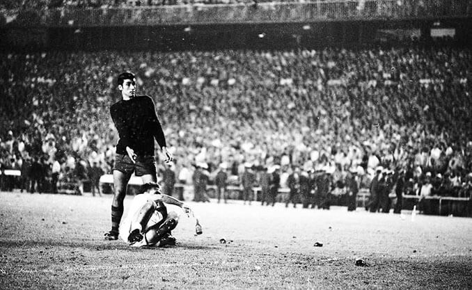 Jugador del Real Madrid tendido en el suelo durante la final de las botellas - Odio Eterno Al Fútbol Moderno