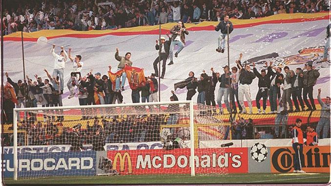 Ultras subidos a la valla del fondo sur que terminaron por tirar la portería del Bernabéu - Odio Eterno Al Fútbol Moderno