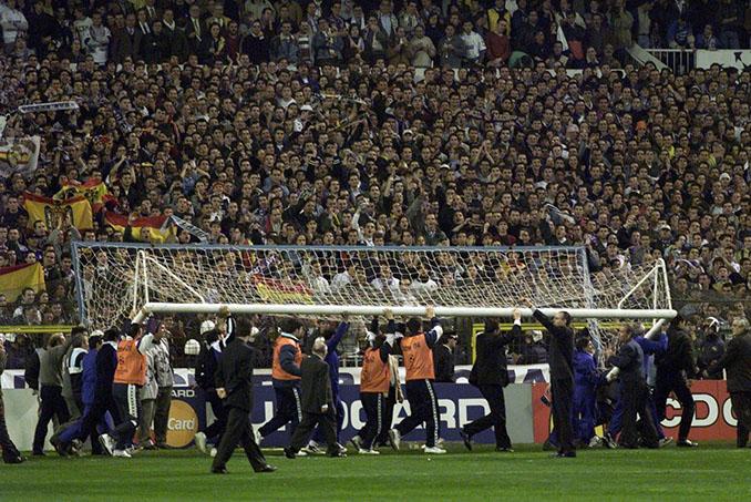 Instante en el que los operarios retiraron la portería del Bernabéu - Odio Eterno Al Fútbol Moderno