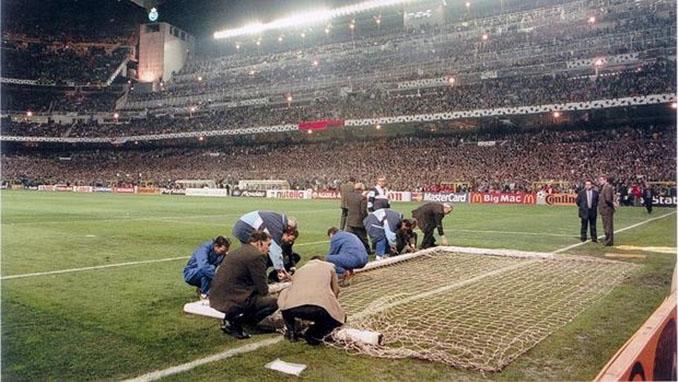 Operarios del Real Madrid tratan de reparar la portería siniestrada - Odio Eterno Al Fútbol Moderno