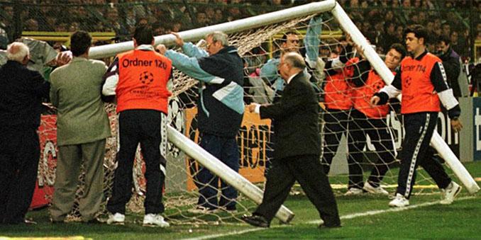 Portería del Bernabéu que derribaron los ultras del fondo sur - Odio Eterno Al Fútbol Moderno