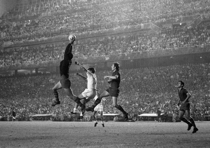 El portero blaugrana Sadurní atrapando el balón en la final de Copa de 1968 - Odio Eterno Al Fútbol Moderno