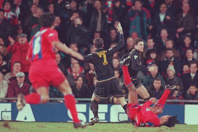 Dura entrada de Richard Shaw a Eric Cantona - Odio Eterno Al Fútbol Moderno