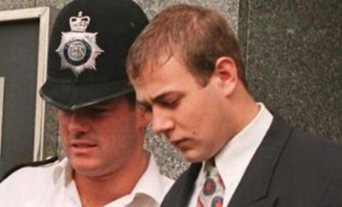Matthew Simmons escoltado por la policía - Odio Eterno Al Fútbol Moderno