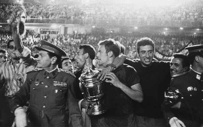 El capitán del FC Barcelona Zaldúa sujetando la Copa del Generalísimo - Odio Eterno Al Fútbol Moderno
