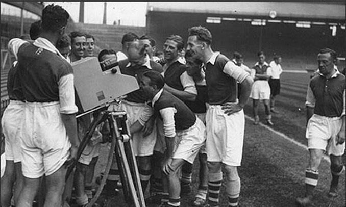 Jugadores del Arsenal bromeando delante de una cámara en 1937 - Odio Eterno Al Fútbol Moderno